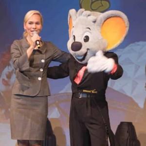 Eventmoderator Ilka Groenewold beim Kongress im Europa-Park mit Maskottchen