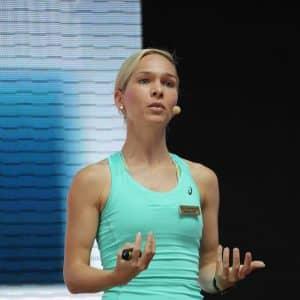 Redner Ilka Groenewold aus Hamburg beim Vortrag