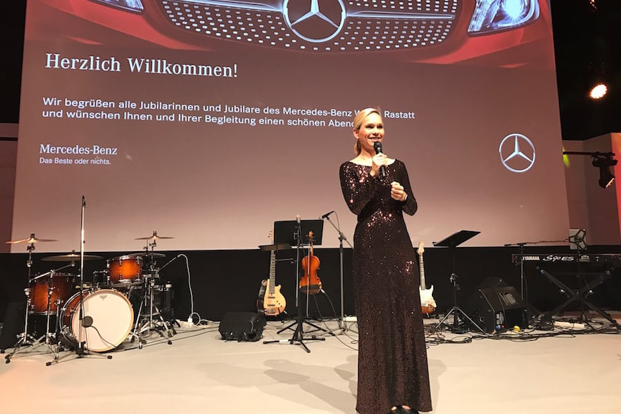 Galamoderatorin Ilka Groenewold bei Daimler Jubilarfeier im Einsatz