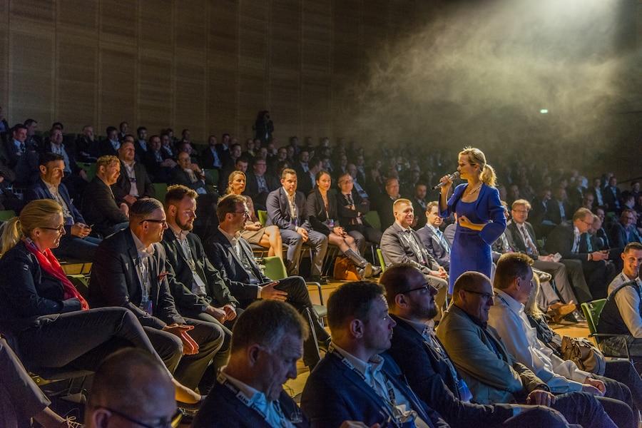 Lenovo Kongress-Veranstaltung mit Moderatorin Ilka Groenewold in Frankfurt