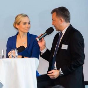 Kongressmoderator Ilka Groenewold innerhalb einer Talk Runde