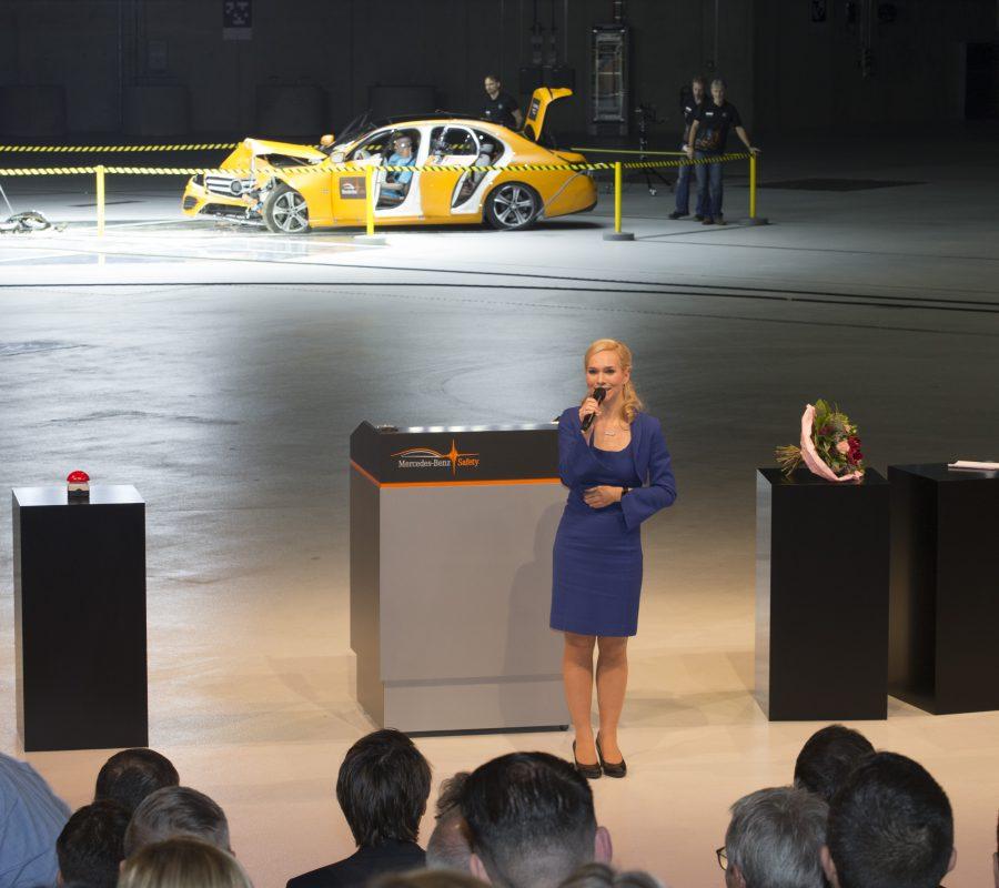 Moderatorin Ilka Groenewold bei der Eröffnung des Daimler Technologie Zentrums für Fahrzeugsicherheit