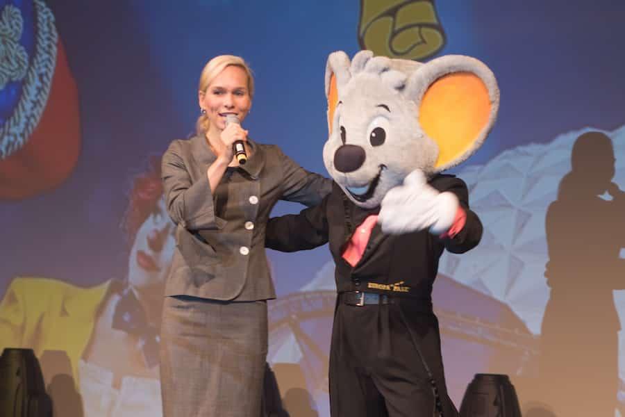 Moderator Ilka Groenewold beim Kongress mit Maskottchen vom Europa Park in Rust