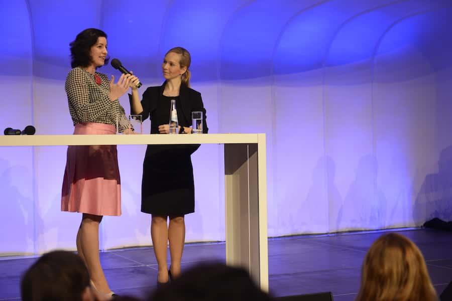 Moderatorin Ilka Groenewold im Talk mit Dorothee Bär bei der Verkehrs Rundschau Gala in München