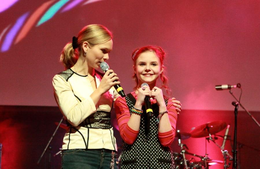 Moderatorin Ilka Groenewold mit Carlotta Truman auf der Bühne