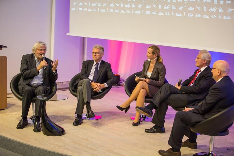 Ilka Groenewold diskutiert bei der FUTRA Veranstaltung in der KLU in Hamburg über die Zukunft