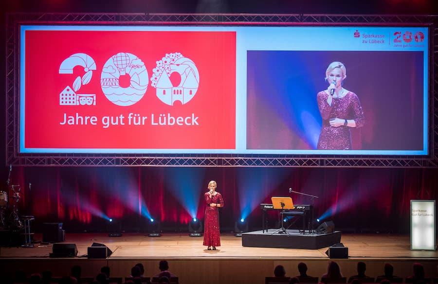 Moderatorin Ilka Groenewold bei 200 Jahre Sparkasse zu Lübeck Jubiläum