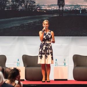 Göttingen Moderatorin führt bei Mayer Feintechnik durch das Programm